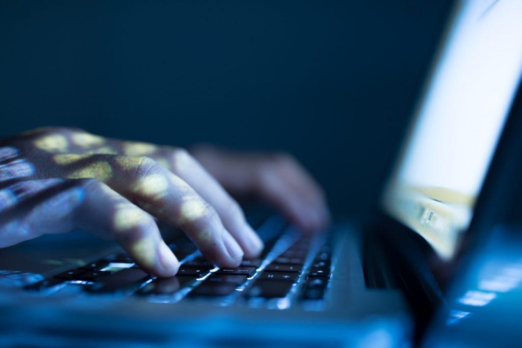 En hacker som skriver på ett tangentbord. Mycket avancerad hacker
